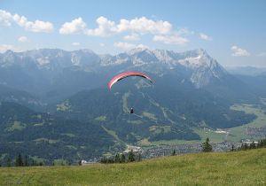 800px-Paraglider_Wettersteingebirge