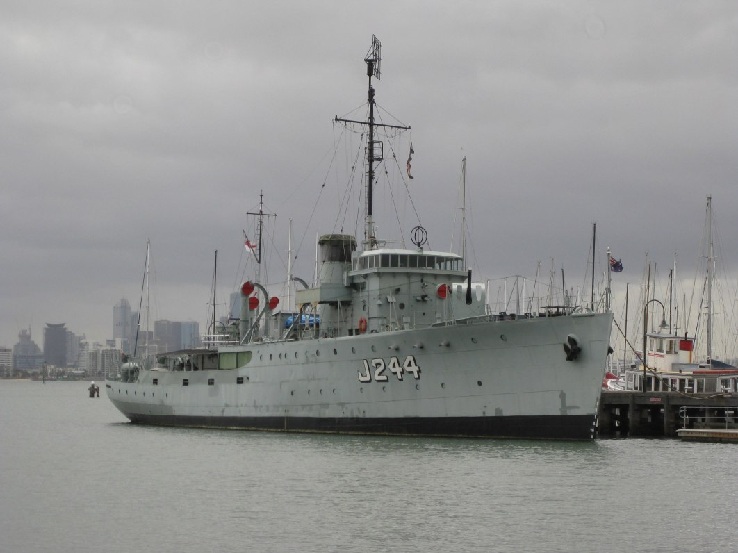 2880px-HMAS_Castlemaine_April_2011.jpg